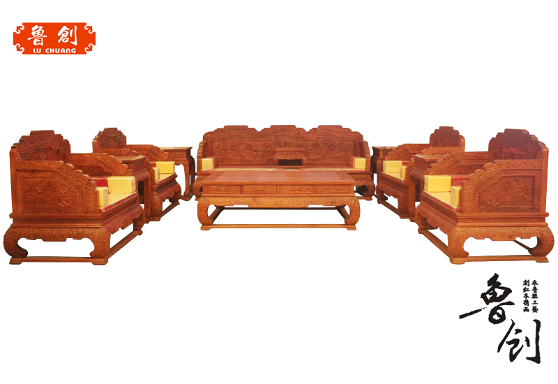 装有弹簧或厚泡沫塑料等的靠背椅,两边有扶手。构架是用木材或钢材内衬棉絮及其他泡沫材料等做成的椅子,座起来还睡起来的感觉给人柔软舒服等滋味。沙发的构造其实并不复杂,将其解剖,从里到外,无非是骨架、填充物(包括回弹设备)、外饰(皮或者布艺)这三样,沙发家具报
