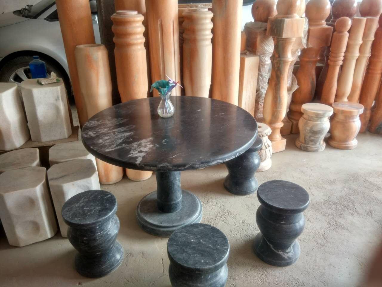 大理石餐桌圆桌花纹斑驳多彩有很好的装饰效果