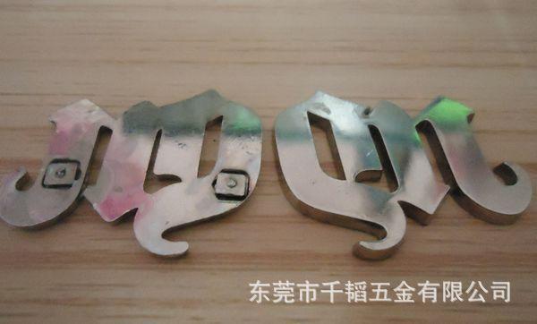 字母型饰品锌合金压铸件图片