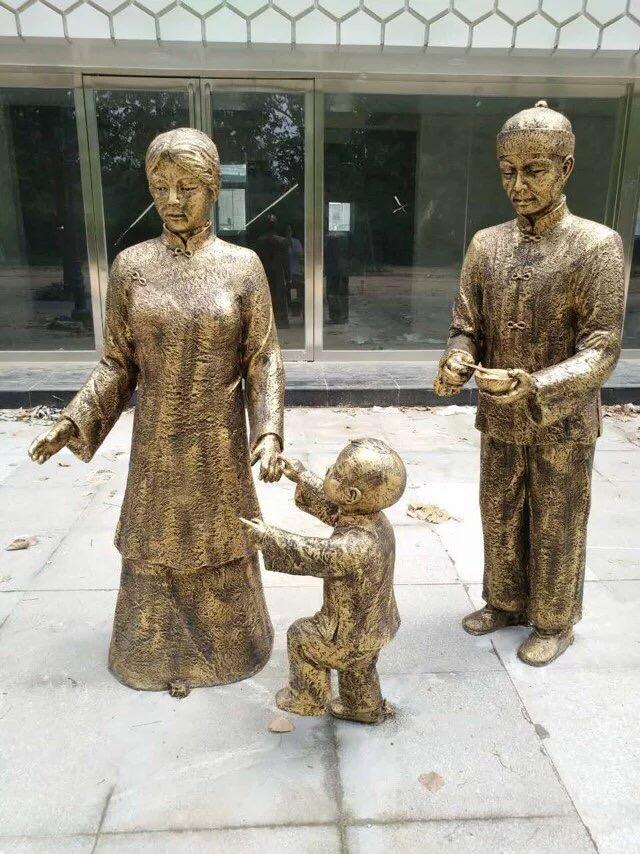 玻璃钢仿铜现代人物雕塑 母与子购物广场小品摆件 一家三口雕塑城市广场摆件现代人物定制 铜雕摆件
