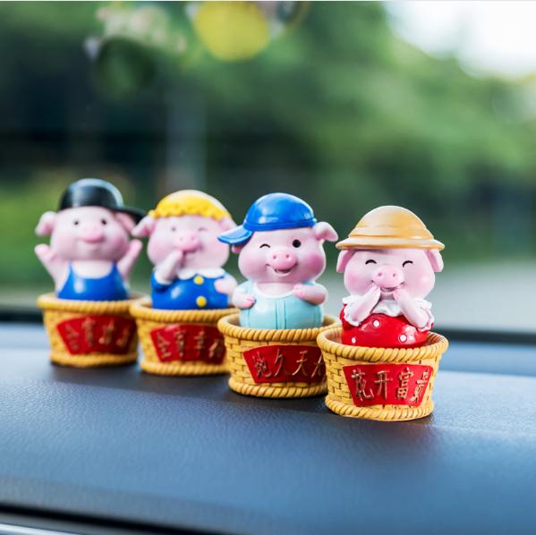 卡通祝福猪 汽车摆件小物件 福建工艺品厂家报价 汽车摆件供应商 汽车装饰品批发价格
