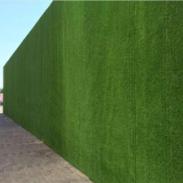 新疆人造草皮围墙厂家假草皮围挡图片